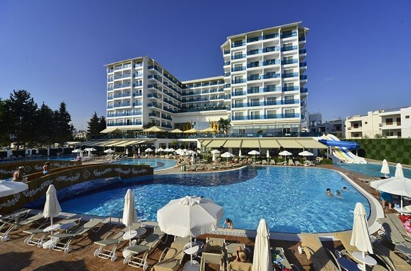 Azura Deluxe Resort & Spa Hotel